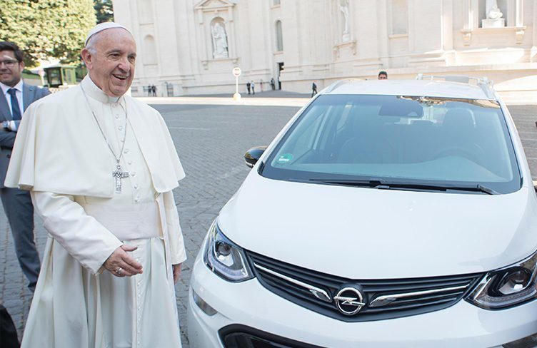 Papež dostal Opel Ampera-e