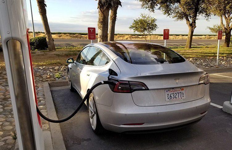 Tesla Model 3 spatřen na Superchargeru