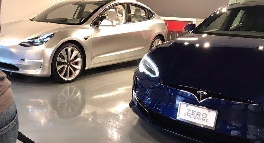 Tesla Model 3 stojící vedle Modelu S