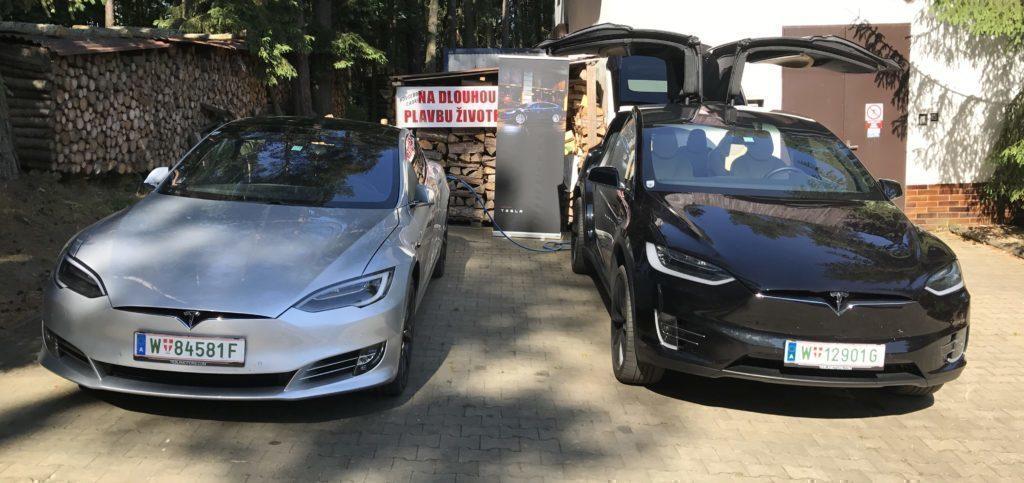 Tesla Model S a Model X na nabíjecí stanici