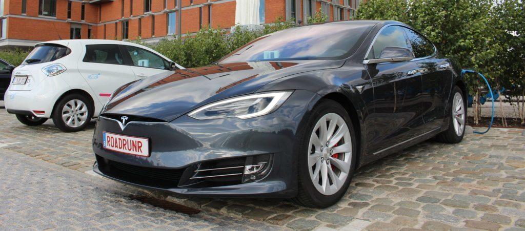 Tesla Model S se nabíjí na startu
