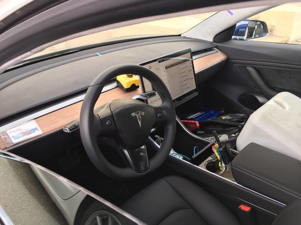 Tesla Model 3 interiér bez kamufláže