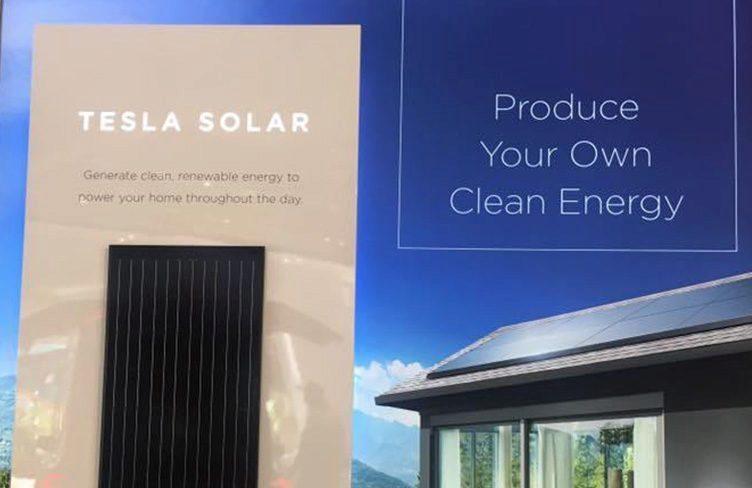 Tesla solární panely v showroomu