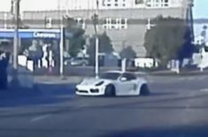 Tesla Model S udělila pořádnou lekci upravenému Porsche Cayman