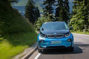 BMW i3 brázdí silnice v přírodě