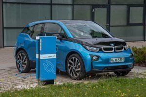 BMW i3 na nabíjecí stanici