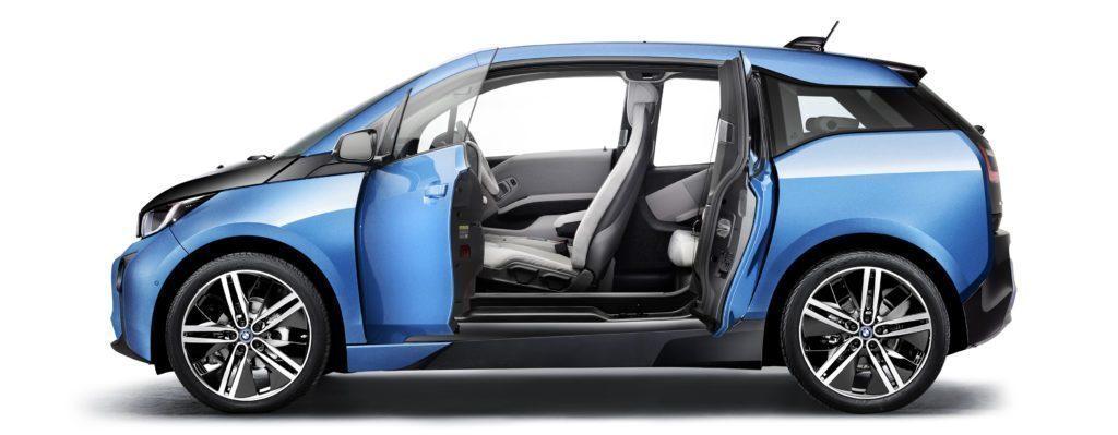 BMW i3 s otevřenými dveřmi