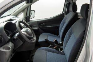 Nissan e-NV200 pohled na sedadla řidiče a spolujezdce