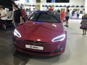 Tesla Model S v Alza showroomu
