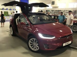 Tesla Model X v Alza showroomu