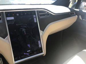 Tesla Model X středový panel 2